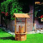 Wasserbrunnen aus Holz mit Eimer